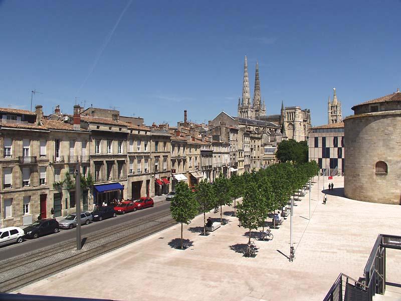 Situé entre le nouveau tribunal de Bordeaux et l'école de la magistrature.
